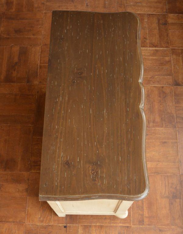 アンティーク風のキャビネット・チェスト アンティーク風 リビングの収納家具にアンティーク風のおしゃれなサイドボード。おしゃれな形の天板です。(y-155-f)