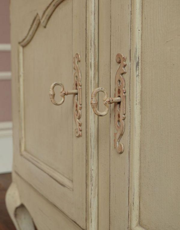 アンティーク風のキャビネット・チェスト アンティーク風 リビングの収納家具にアンティーク風のおしゃれなサイドボード。扉には鍵穴があります。(y-155-f)