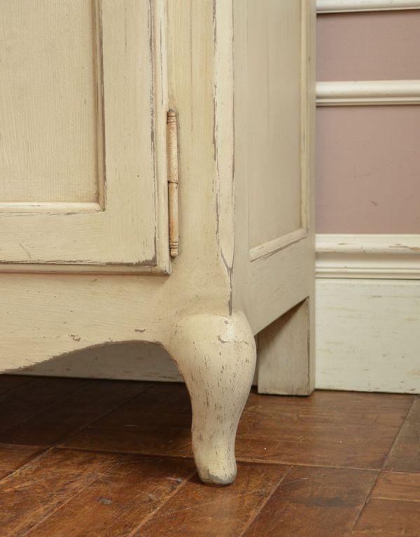 アンティーク風のキャビネット・チェスト アンティーク風 リビングの収納家具にアンティーク風のおしゃれなサイドボード。脚のデザインも可愛らしいんです!しっかりテーブルを支えます。(y-155-f)