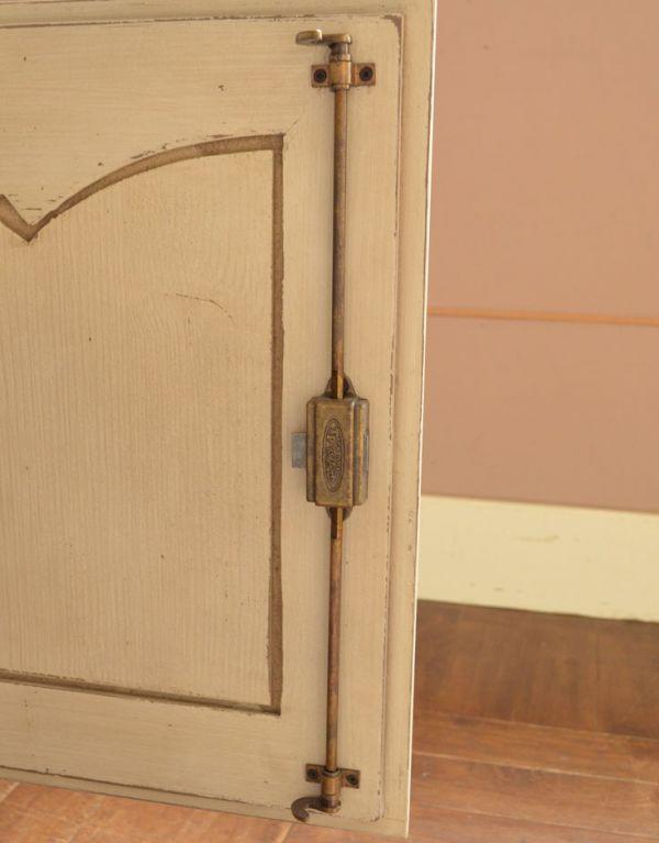 アンティーク風のキャビネット・チェスト アンティーク風 リビングの収納家具にアンティーク風のおしゃれなサイドボード。扉の裏面には金具が付いています。(y-155-f)