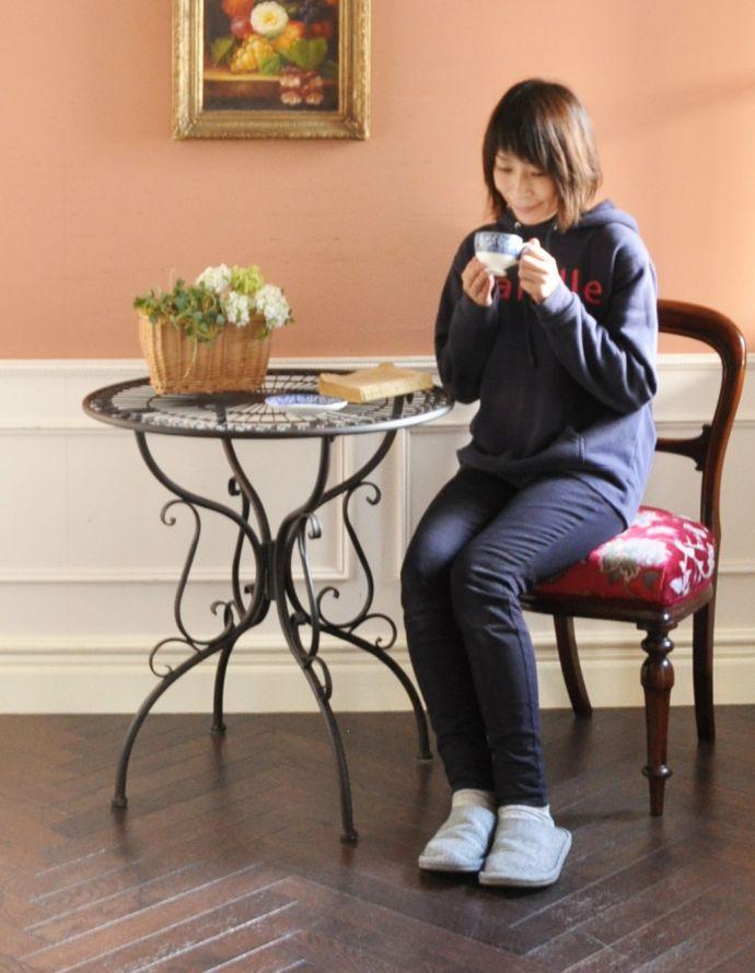 y-175-f アンティーク風コーヒーテーブルのモデル入り