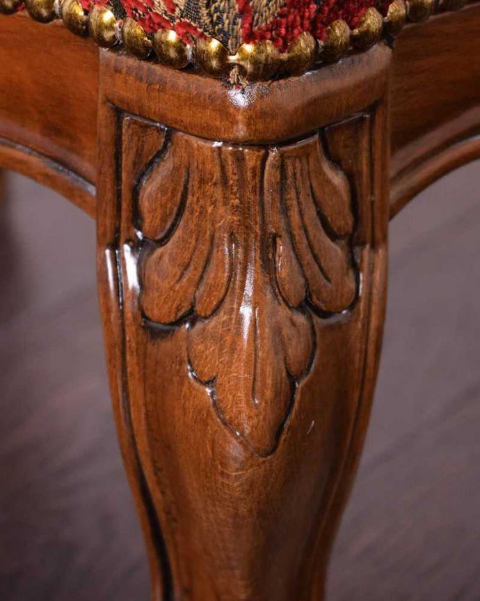 アンティーク風 お花の彫りが可愛いアンティーク風スツール。細かい部分にもこだわり・・・アンティークの家具に負けないくらい丁寧な彫りが施されています。(y-176-c)