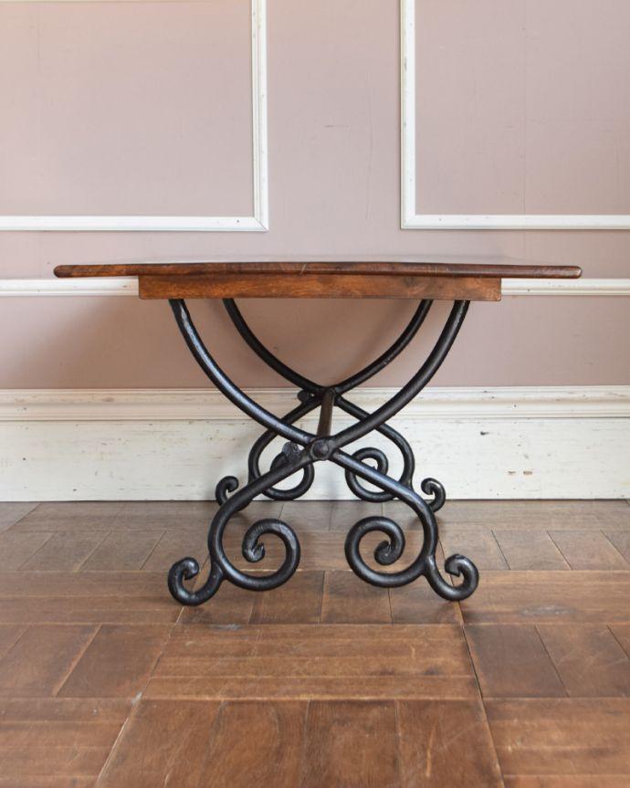 y-212-f アンティーク風ローテーブル(コーヒーテーブル)の横