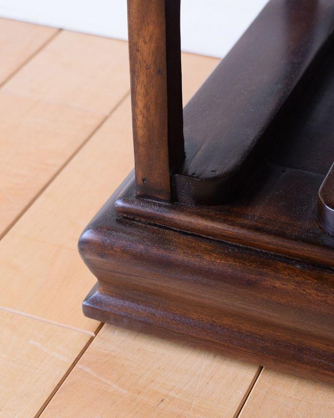 アンティーク風 トレイが付いて便利に使えるおしゃれなアンティーク風のワインラック。持ち上げなくても移動ラクラクHandleのアンティーク家具の足の裏にはフェルトキーパーをお付けしています。(y-286-f)