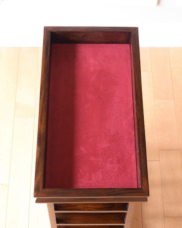 アンティーク風 トレイが付いて便利に使えるおしゃれなアンティーク風のワインラック。トレイを取ると・・・高級感のある赤い生地が。(y-286-f)