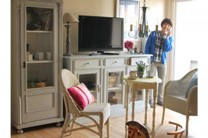 まだ雪が降り積もる2月。 一足早く春を感じたくて爽やかなブルーのペイント家具で春待ちスタイルを作ってみました。
