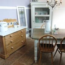 ●ハンドルスタッフによる空間スタイリングのご提案● 白い脚のダイニングテーブル。  憧れのアンティーク家具を使った、少し上質なパイン材の家具使いのスタイリングをしてみました。