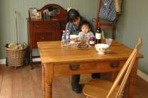 ドロップリーフテーブルは、簡単に大きさが変えられる優れもの。なんと今回は引き出し付きですよ。