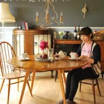 シンプルな北欧スタイルの家具を中心にしながら、ちょこっと華やかになるアイテムを入れてシンプル過ぎない艶やかなスタイルを作ってみました。