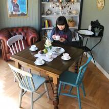春が来ました!今月はペイント家具に英国伝統のアンティークの異色コラボ作るダイニングです。