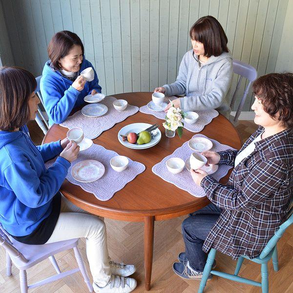 4人で座って使える丸い天板のダイニングテーブル