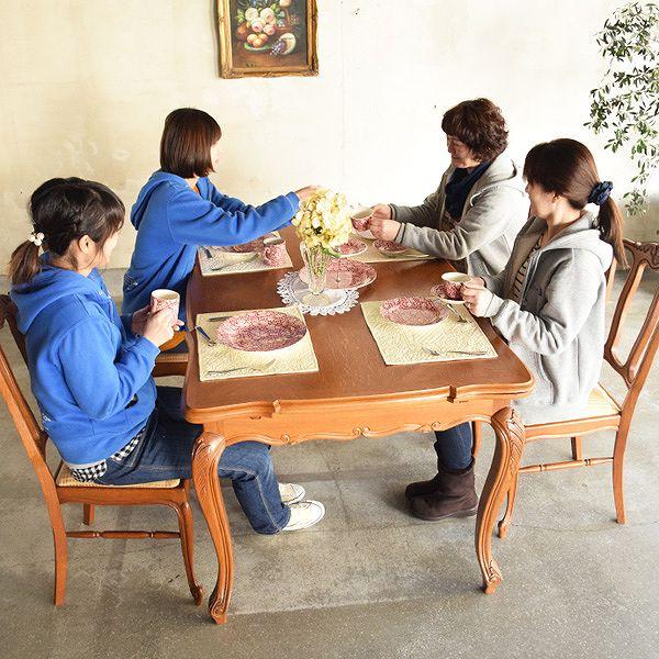 4人で座って使える四角い天板のダイニングテーブル
