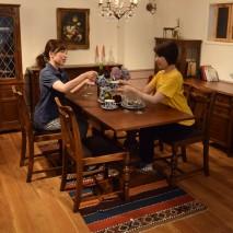 今も昔から同じデザインで造り続けられている家具OLD Charmを使って、トータルコーディネイトした空間を作ってみました。アンティークが苦手な方でも、自分でアンティークを作ってみませんか?