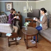 やっぱり英国チェックは憧れ。 昔から作り続けられている伝統のOLD Charmの家具でコーディネイトしたリビングで、これから自分のアンティークを作っていきませんか?