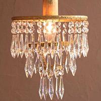 アンティークのガラスパーツが美しいシャンデリア