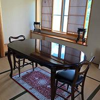 アンティーク風のダイニングテーブルやチェア
