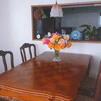 孫と広々使えるパーケットリー模様のアンティークダイニングテーブル