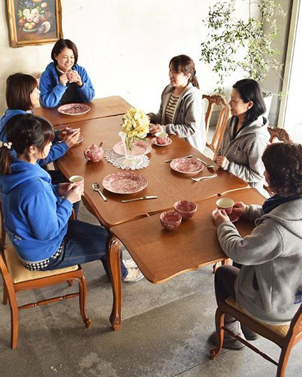 大きいサイズの伸び縮みするテーブル
