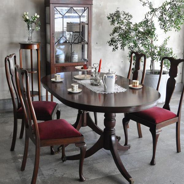 英国クラシックスタイルのテーブルを使ったダイニング