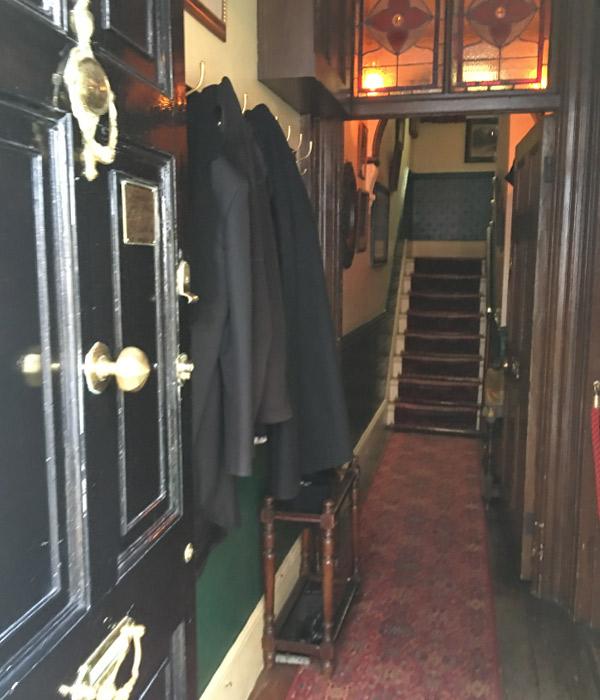 シャーロック・ホームズミュージアム、1階から2階への階段