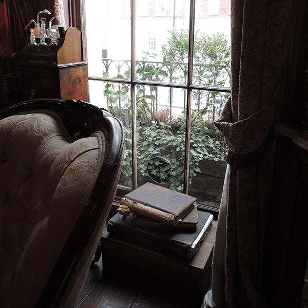 シャーロック・ホームズミュージアム、窓枠