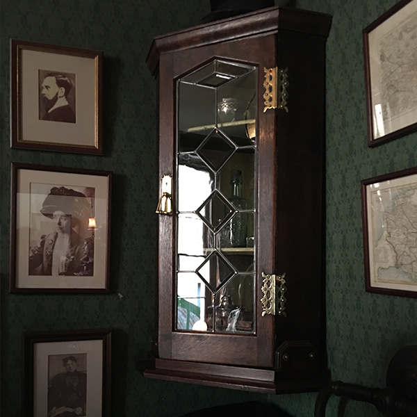シャーロック・ホームズミュージアム、コーナーウォールキャビネット