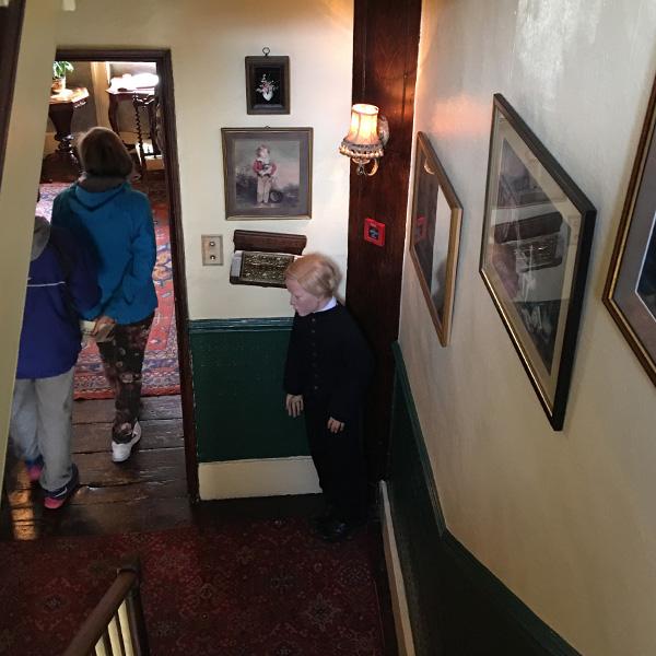 シャーロックホームズ博物館、給仕の少年の蝋人形