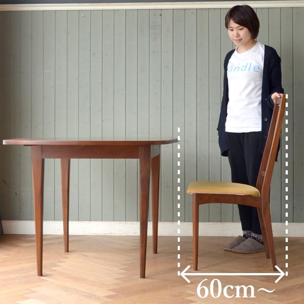 ダイニングテーブルで立ったり座ったりするときに必要なスペース