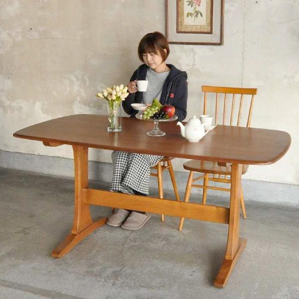 4人掛けタイプのダイニングテーブル