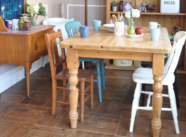 ナチュラルスタイルのパインのテーブルといろんな椅子を合わせたダイニング