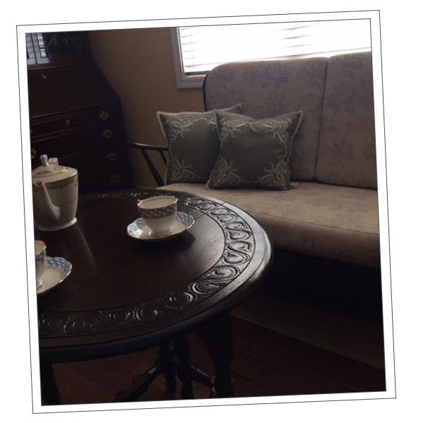 大阪府Oさまから届いた浮き彫りの家具の写真