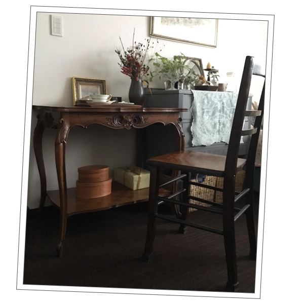 神奈川県Sさまから届いた浮き彫りの家具の写真