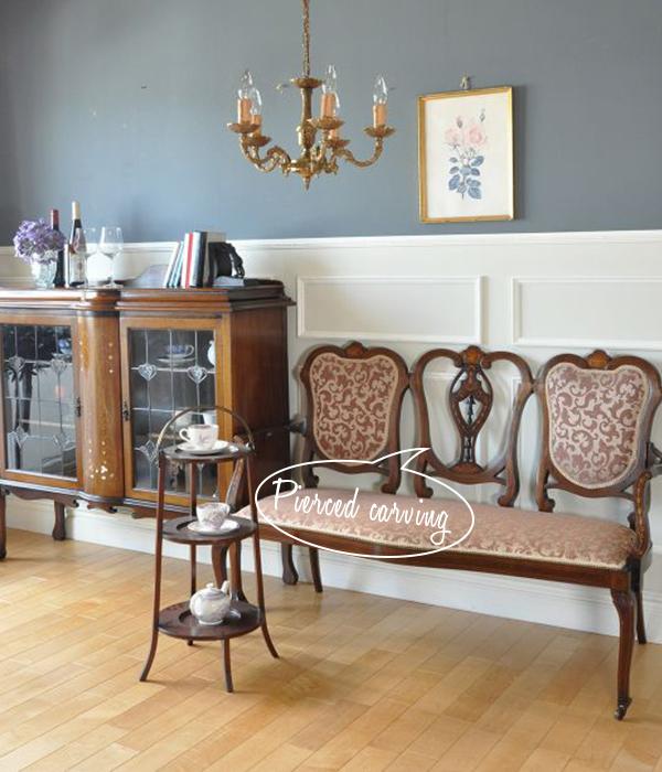 透かし彫りの家具を使ったリビング