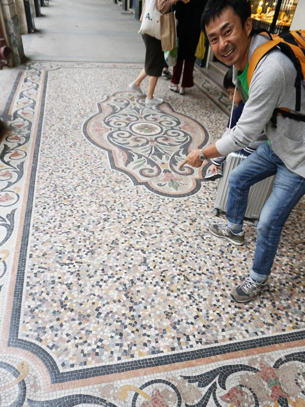 フランス、パレ・ロワイヤル、回廊のオシャレなモザイクタイル