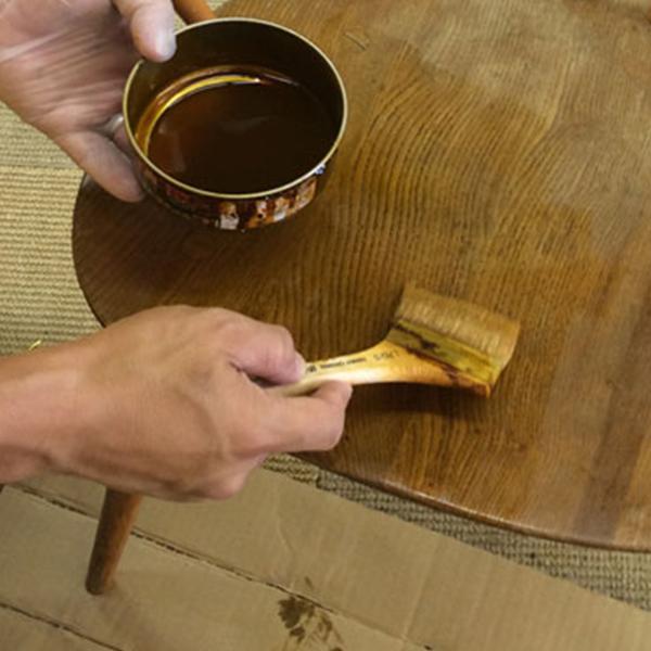 自然素材のシュラックニスとワックスを使って仕上げたダイニングテーブルの天板