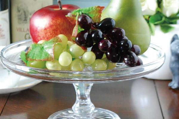 アンティークガラスのプレスドグラスのケーキスタンドとフルーツ