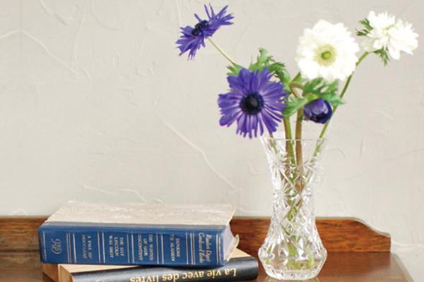 アンティークガラスのプレスドグラスのフラワーベースとお花