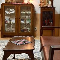 ウォルナット材のテーブルを使った英国クラシックスタイルのリビング