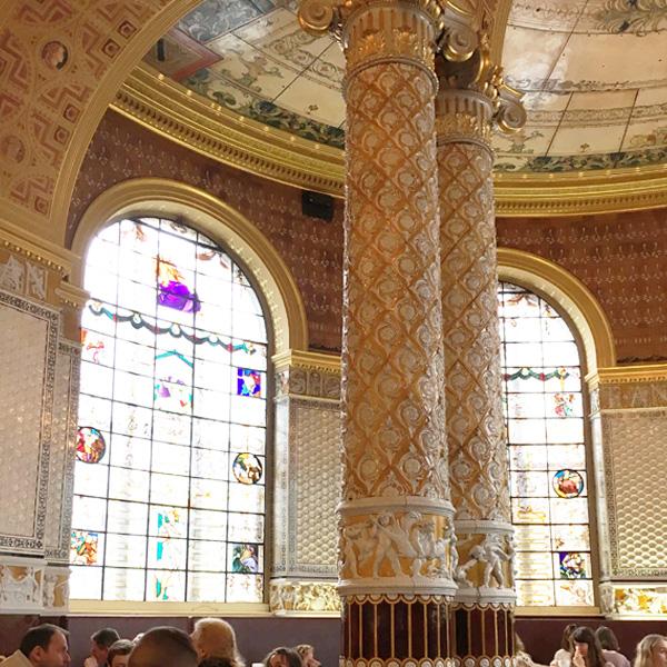 ギャンブル・ルーム、壁と柱を覆う美しいタイル