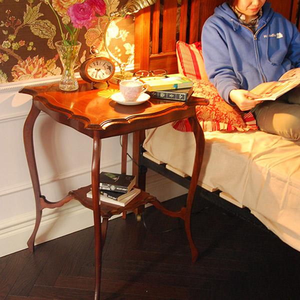 サイドテーブルをベッドの横で使う