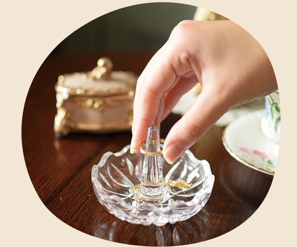 アンティークのプレスドグラスをディスプレイとして使う02キャンドルスタンド・リングスタンド