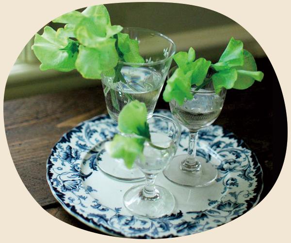 アンティークのプレスドグラスを入れ物として使う04グラス・カトラリー