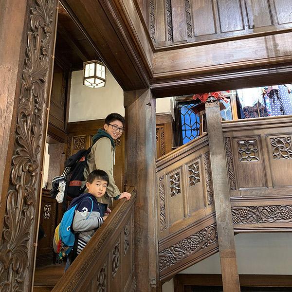 リバティ百貨店の浮き彫りが施された階段