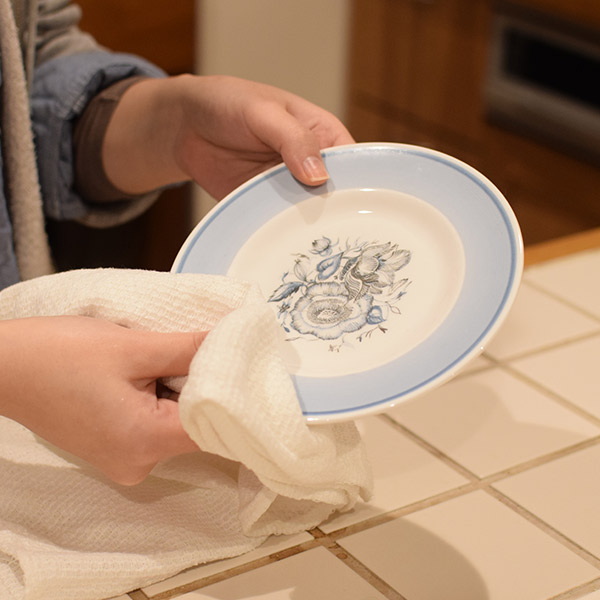 スージークーパーのプレートを柔らかい布で拭く
