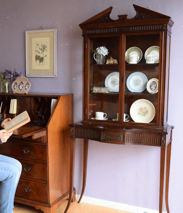 スージークーパーの陶磁器をアンティークのキャビネットに飾って楽しむ