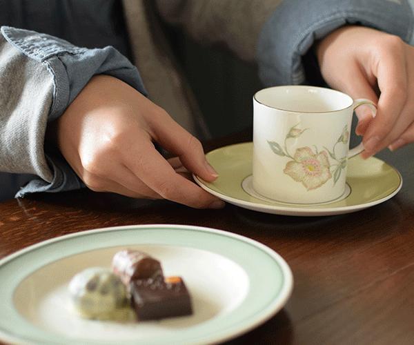 スージークーパーのティーカップを使ってお茶を楽しむ