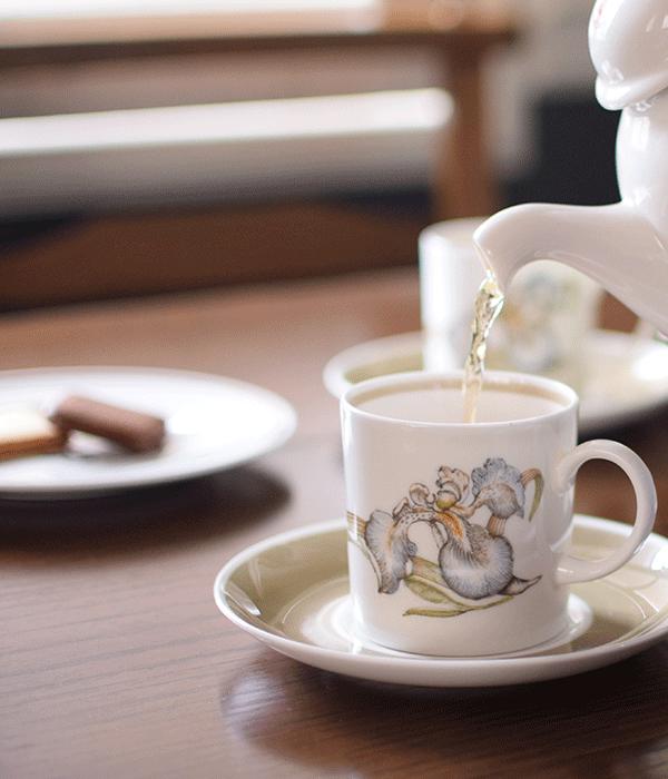 スージークーパーのティーカップにお茶を注ぐ