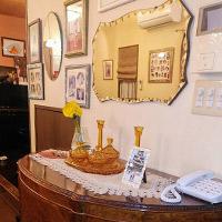 ミラーやフレームで壁が華やかに飾られた熊本県Hさまのお部屋