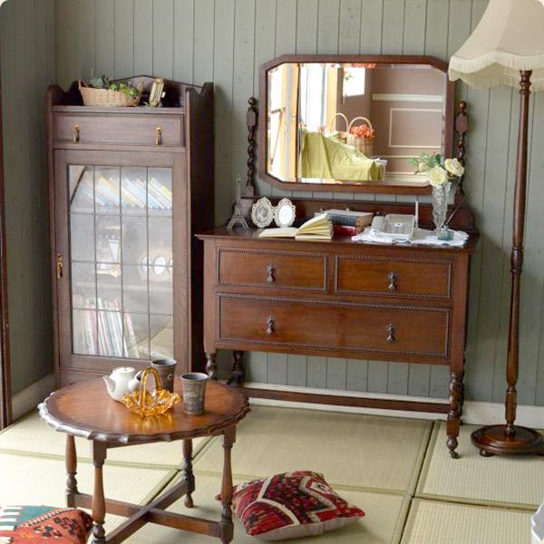 英国アンティークスタイルの特徴2英国オーク材の濃い茶色