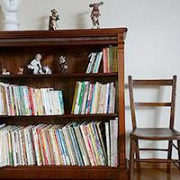 絵本が並べられたTさまのアンティーク本棚をご紹介します